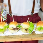 hamburger com garcom.png