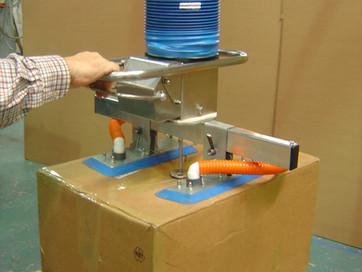 Der Vakuumheber ezzFAST sorgt für eine sichere und schnelle Handhabung von Gütern