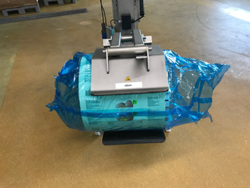 Mobile lifting aid ezzLIFTmaster for loading packaging machines