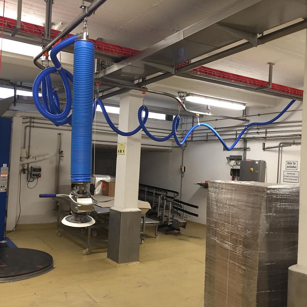 Der Vakuumheber ezzFAST für das Handling von Säcken, Fässern und Kartons in der Lebensmittelindustrie