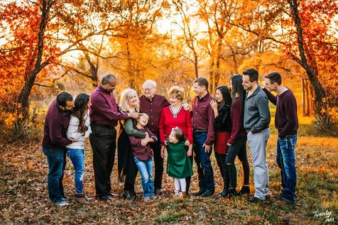 Extendedfamilysession-fall-leaves-grandparents-twentytoesphotography.jpg