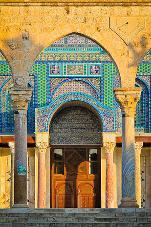 Arch (Keshet) in front of the Dome of the Rock