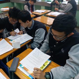企會財科堂上進行合作學習,同學努力準備匯報