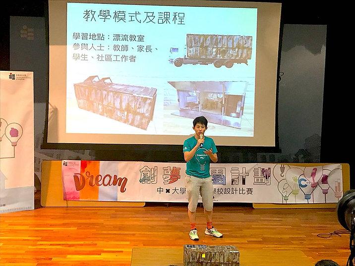 高年級與低年級同學組隊,在作品演說前作最後排練。