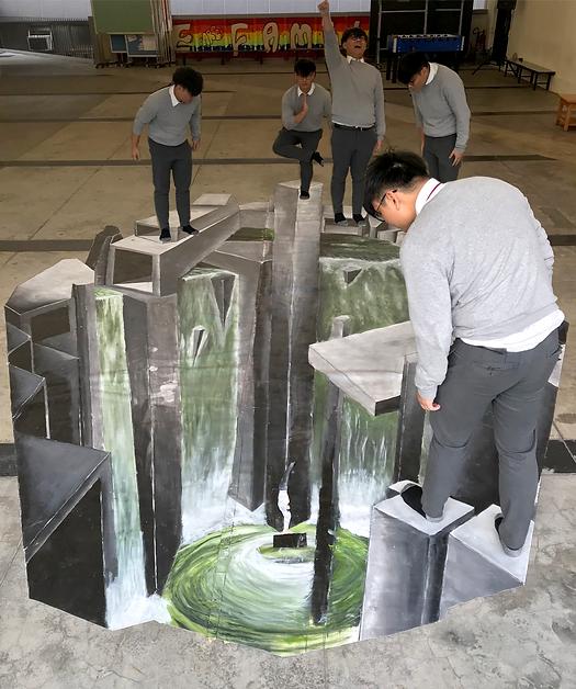 學生創作大型3D地畫。