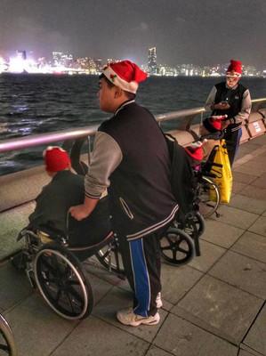 同學陪伴老友記海旁一起欣賞維港兩岸燈飾