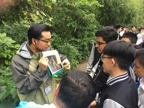 於香港濕地公園考察,用心聆聽導賞員的講解