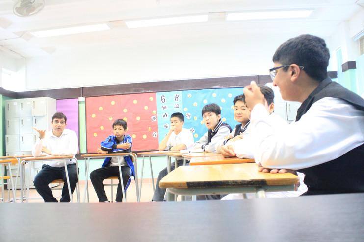 KIANI老師與學生討論學習成果,達至共融.JPG