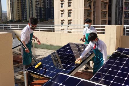 學生幫忙清洗太陽能板