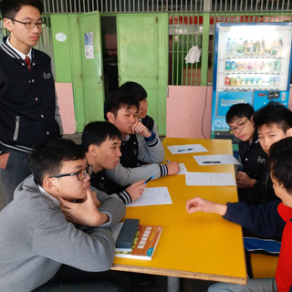 小賣部的主管原來有逾二十年的電子廠行政經驗,同學用心訪談取經