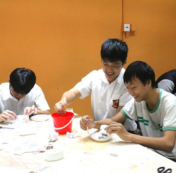 同學創作陶藝作品。