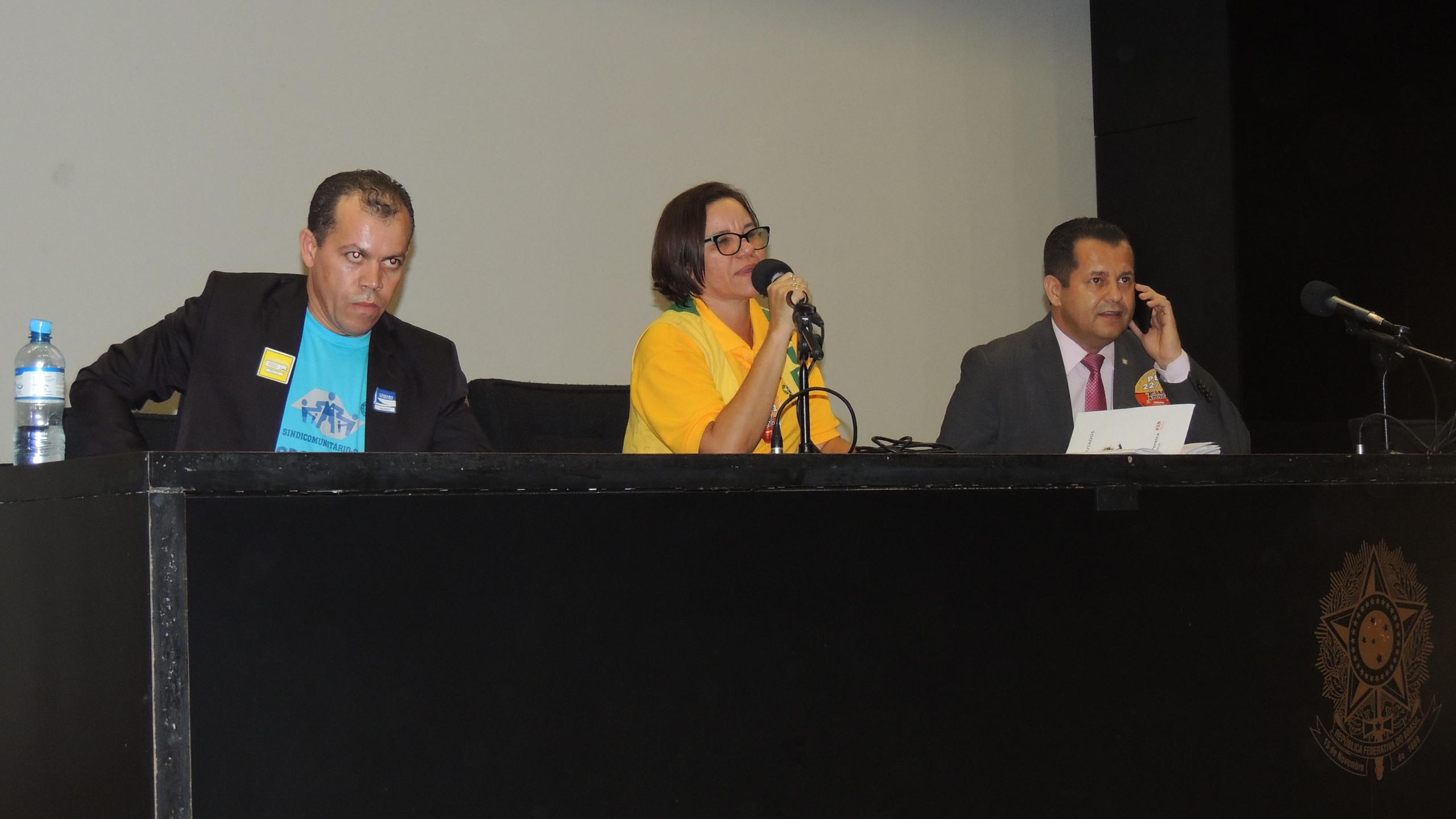 O companheiro Jailson, junto com a presidente da CONACS, Ilda Angélica, e o deputado Valtenir Pereira. (Foto: João Paulo de Souza)