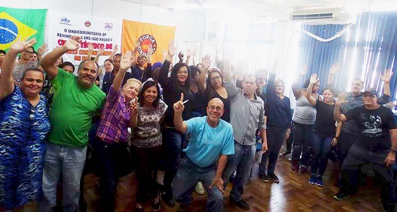 Em assembleia geral extraordinária realizada no último dia 27/07 (sábado), no auditório da sede do Sindicomunitário-SP, das 9h30 às 13h30, em votação unânime, a contraproposta enviada pelo sindicato patronal da nossa categoria, o Sindhosfil – Sindicato das Santas Casas e dos Hospitais Filantrópicos do Estado de São Paulo, foi rejeitada pelos agentes comunitários de saúde da cidade de São Paulo.  O Sindicomunitário reivindica um aumento da ordem de 8% em parcela única e o Sindhosfil oferece apenas 5,07%, parcelado em duas vezes. A categoria ainda reivindica que o Dia Nacional dos Agentes Comunitários de Saúde, que é comemorado em 4 de outubro, seja computado como feriado.  Também reivindicamos o direito de levar nossos filhos em consultas médicas, exames médicos e internações, pagamento de Vale Transporte (VT) para quem necessita do benefício ou ajuda de custo em transportes; pela desobrigação de pagar emendas de feriados e pontos facultativos; pelo recebimento de etapas de vacinação; pelo respeito às metas contratuais; pelo respeito à legislação no que tange à área de atuação do ACS; pelo fim do acúmulo de funções e outros itens que simplesmente foram ignorados pelo patronal nas negociações. Diversas outras reivindicações simplesmente foram ignoradas pelo Sindhosfil, apesar do esforço do Sindicomunitário-SP e das diversas rodadas de negociações realizadas na própria sede do sindicato patronal. Entre elas, várias que já são garantidas por lei, mas que o patronal quer reduzir ou até mesmo eliminar. Parece até piada.  Estado de greve  Em vista desse impasse, as companheiras e companheiros presentes na assembleia do dia 27/07 decidiram adotar uma medida que costumamos evitar, que é o estado de greve. Isso significa que, se essa intransigência continuar, os agentes comunitários de saúde e afins podem entrar em greve a qualquer momento.  Não nos resta outra alternativa a não ser utilizar nosso direito constitucional de greve para reivindicar melhores condições de trabalho