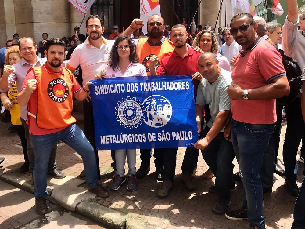 Presidente Jailson em frente a sede do INSS com outros companheiros de luta.