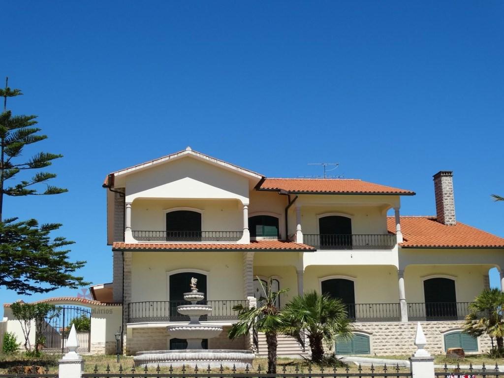 Villa 10 Pièces - 630 000 €