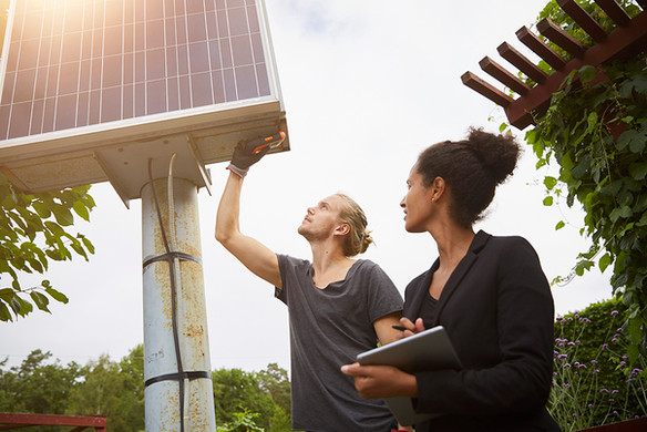 homem-ajustando-painel-solar.jpg