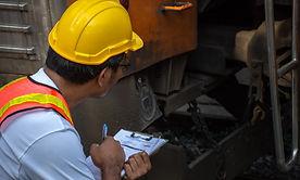 engenheiro-asiatico-usando-capacete-de-s