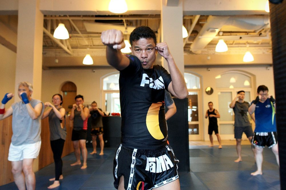 fama singapore kru yo muay thai leading a class