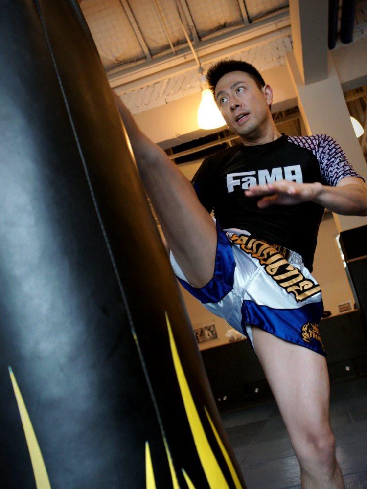 fama singapore muay thai boxing axe kick