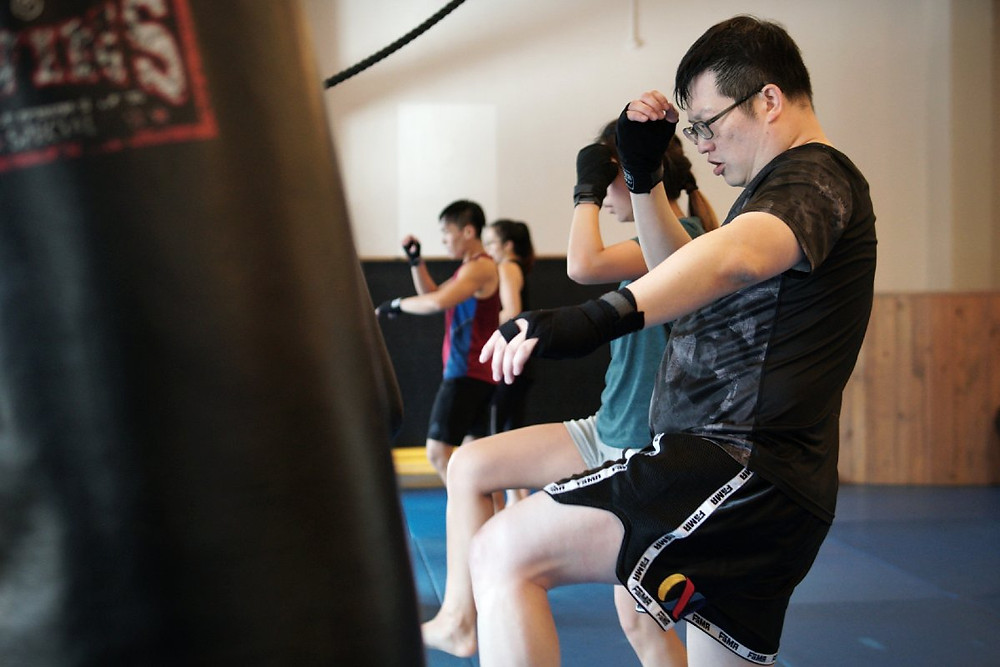 fama singapore muay thai kicking the heavy bag