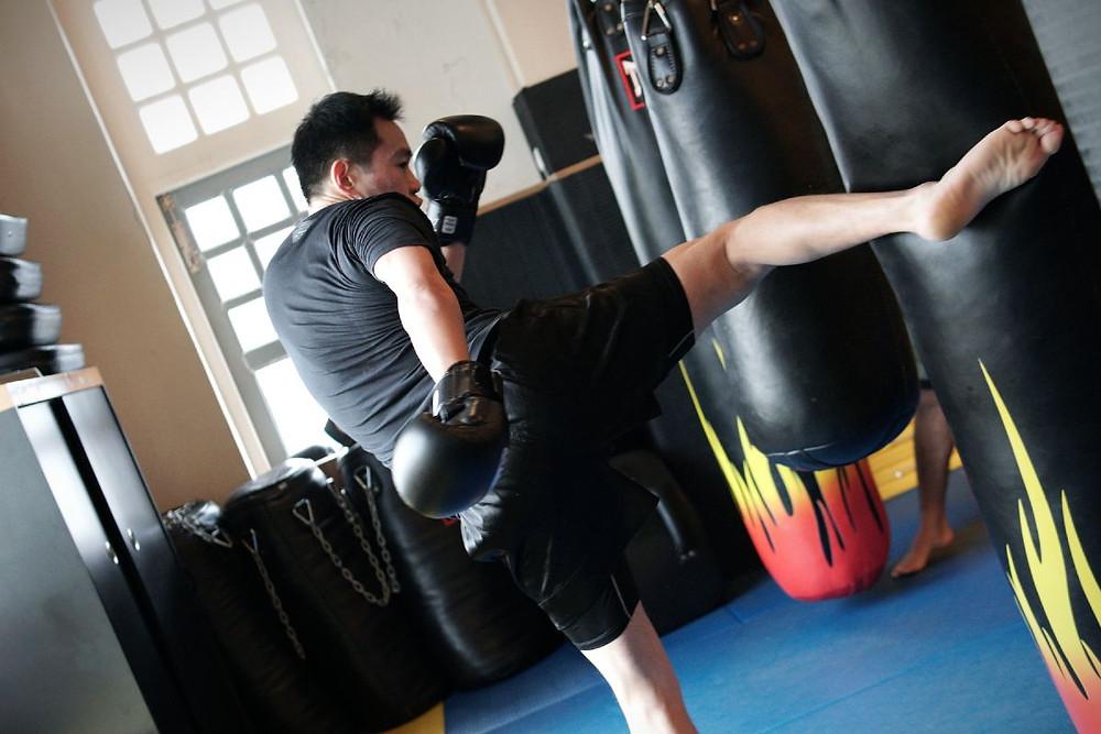 fama singapore muay thai kick on heavy bag