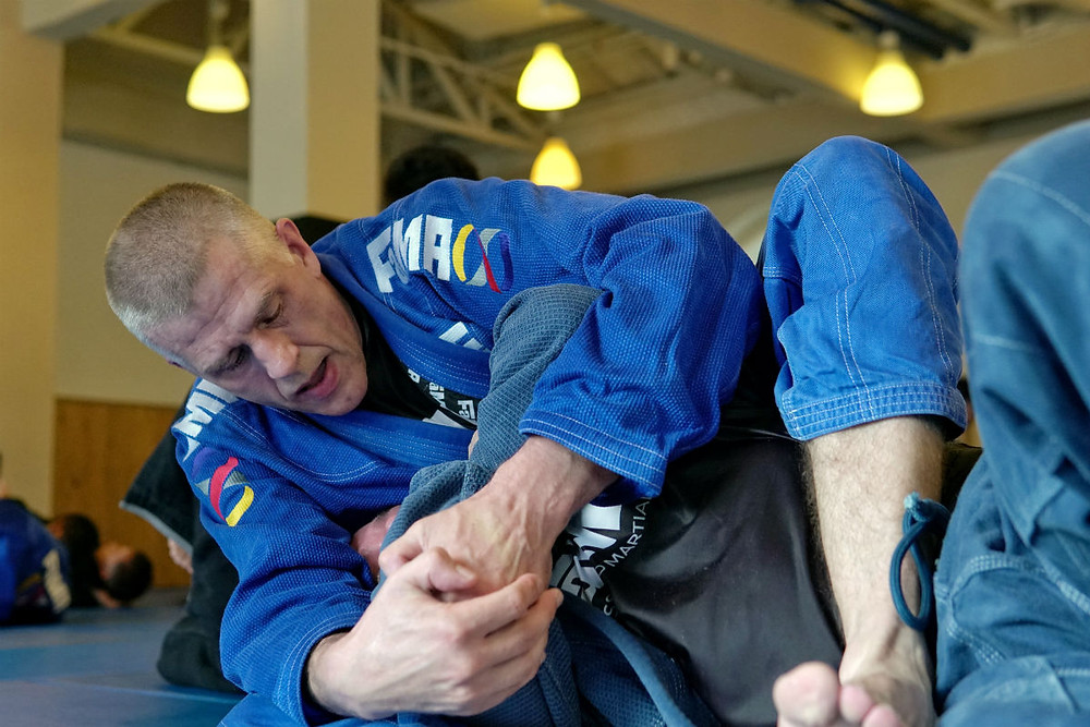 fama singapore bjj brazilian jiu jitsu grappling assistant instructor tomas genberg going for a submission