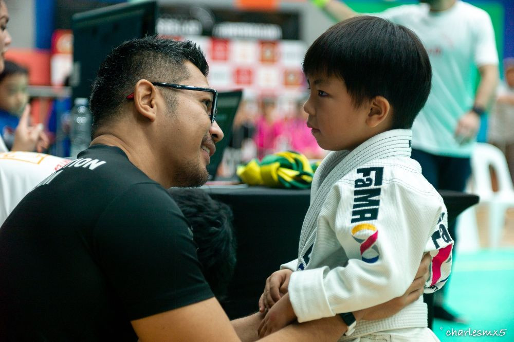 fama singapore bjj assistant instructor ronny coaching kids in competition