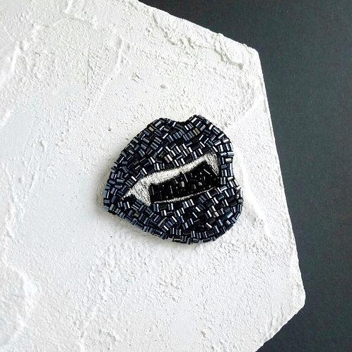 Vampire lips brooch dark silver