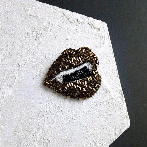Vampire lips brooch vintage gold