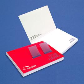 Haftnotiz im Umschlag mit Page Markern