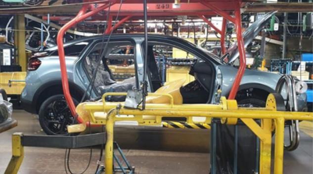 Vincent Cobée félicite l'usine de Madrid pour le lancement de la nouvelle Citroën C4