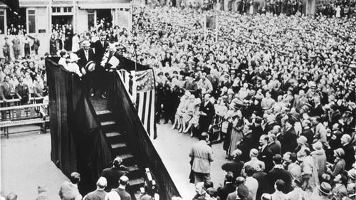 Le 21 Mai 1927, Charles Lindbergh qui réussit le premier vol transatlantique visite l'usine Citroën
