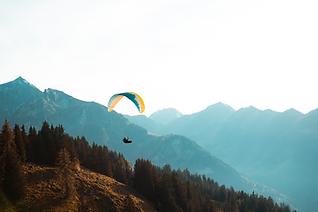 Gleitschirm in den Schweizer Alpen