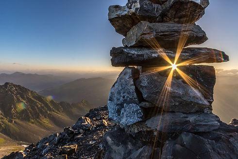 Turm aus Steinen in den Schweizer Bergen