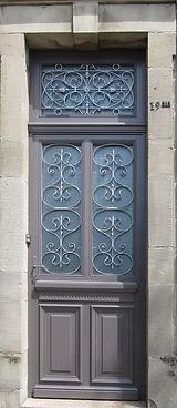 Porte entrée avec grilles métalliques