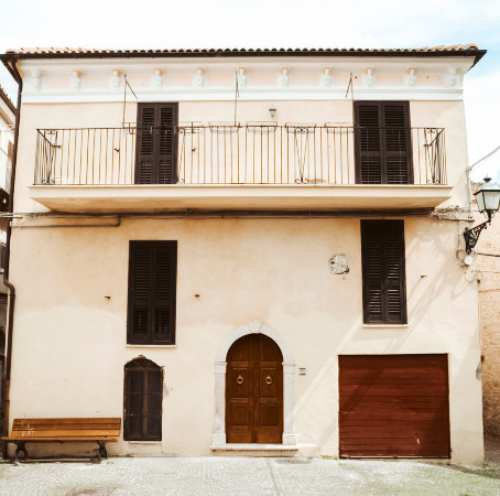 Large renovated house in the centre of Italian village