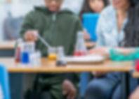 Bambini in classe di scienze