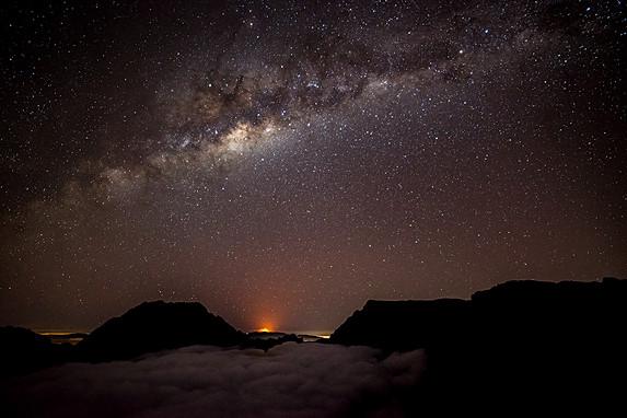 Voie Lactée au dessus du Volcan en éruption au loin...