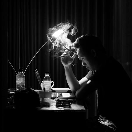 Praca na nocnej zmianie i jej wpływ na jakość snu.