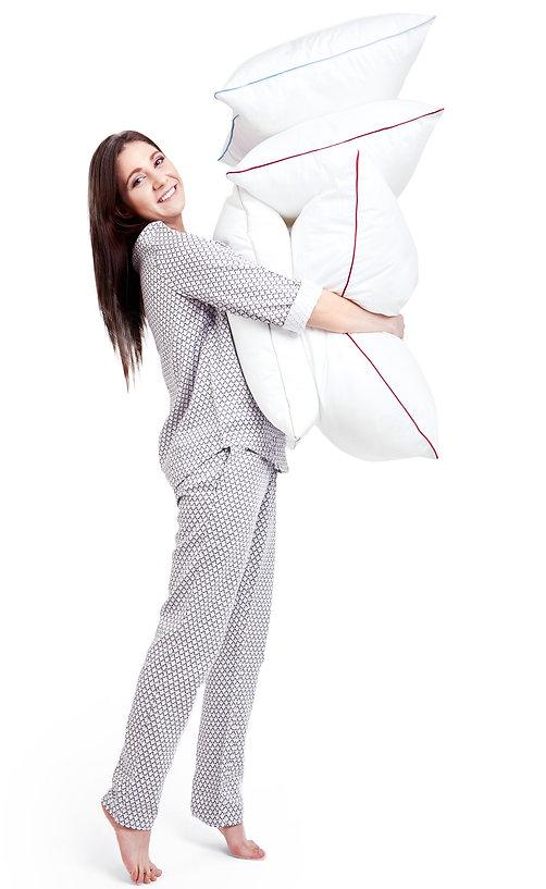 poduszki do spania trzymane przez kobietę