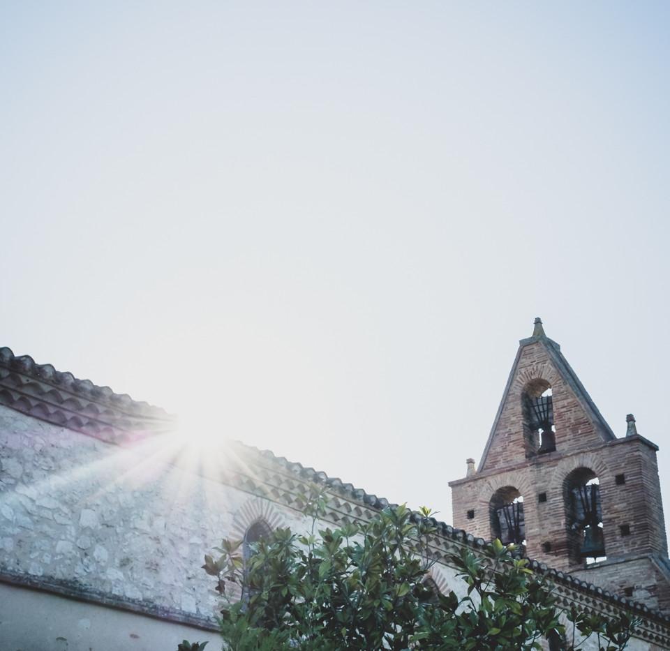 La_lumiere_cachée_derriere_l'église.jp