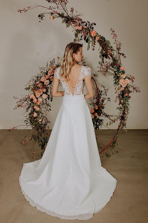 Minimalistické šaty s květinovým rukávem