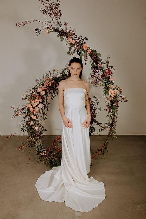 Minimalistické svatební šaty na špagetová ramínka s odhalenými zády