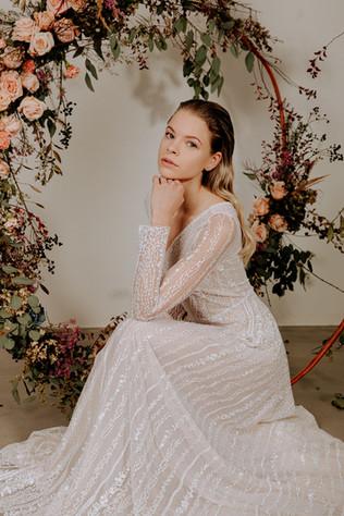 celokrajkove-svatebni-saty-luxusni-kveti
