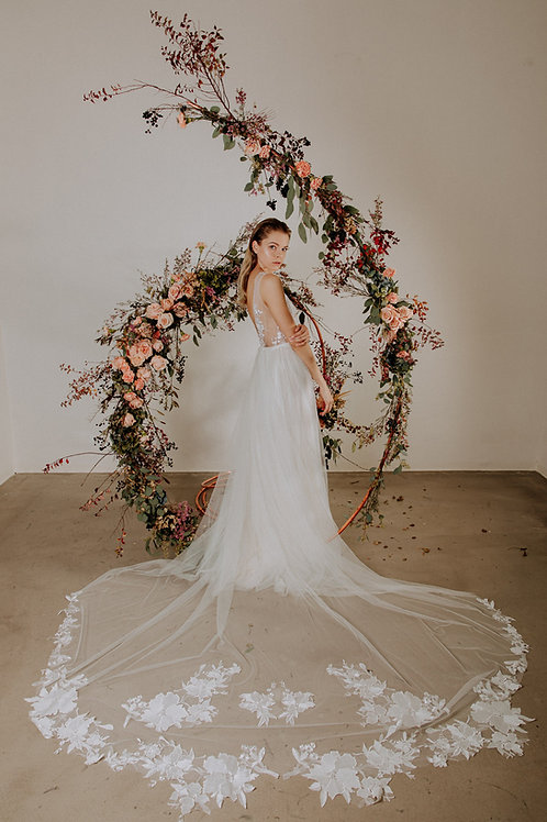 Vílovské svatební šaty s květinovou aplikací a připínací vlečkou