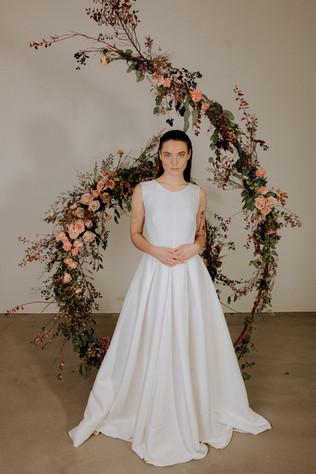 minimalisticke-svatebni-saty-se-skaldano