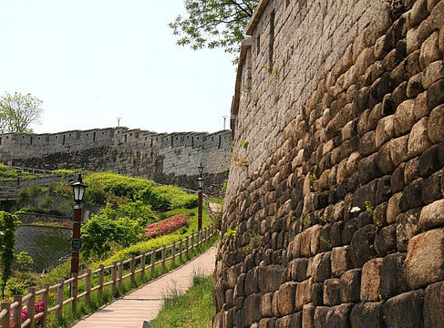 Walking along the Seoul Fortress Road-Outdoor tour