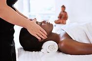 _photos_masseuse-giving-a-head-massage-p