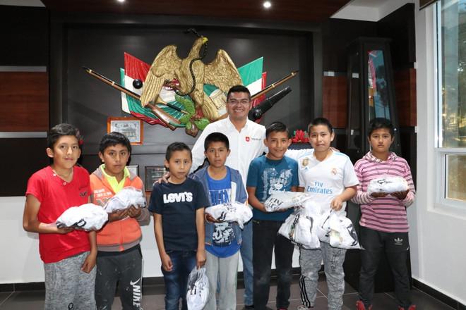 Alejandro Martínez hizo entrega de Uniformes deportivos en Quecholac