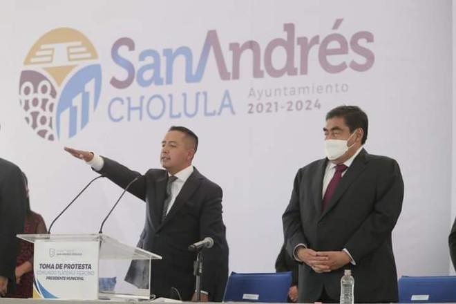 Edmundo Tlatehui rinde protesta como alcalde de San Andrés Cholula.